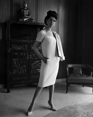 Mujer modela vestido con aplicación en escote