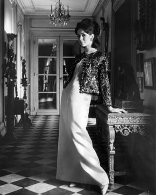 Mujer porta vestido de noche con saco, retrato