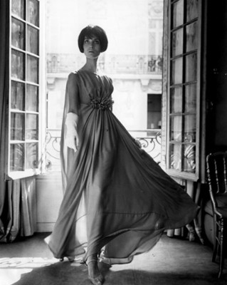 Mujer modela vestido con aplicación en la cintura