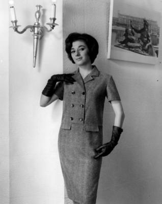 """""""Elsa Montaño"""" luce vestido con botones al frente, retrato"""