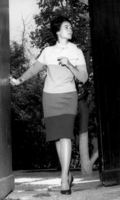 Mujer luce vestido combinado, retrato