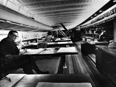Arquitectos realizan diseños dentro de una embarcación