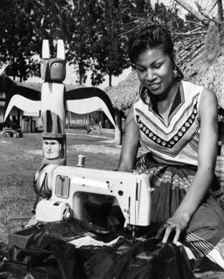 Mujer cose ropa en una reserva indígena