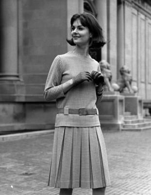 Mujer modela vestido combinado