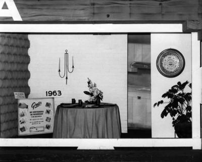 Exposicion de mesas puestas, vista frontal