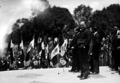 José Manuel Puig Casauranc acompañado de funcionarios presidiendo la ceremonia al parecer de un desfile