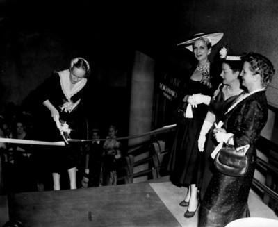 William Snow corta el cordon que inagura la exposición floral