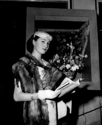 """""""Flavia Moheno de Larios"""" durante visita a """"exposición floral"""", retrato"""