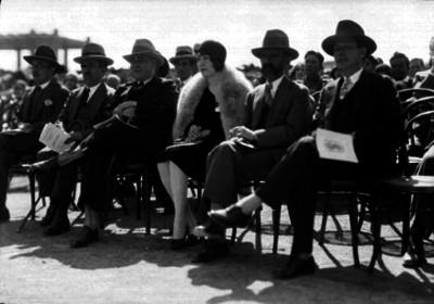 José Manuel Puig Casauranc acompañado de su esposa y otras personalidades durante una ceremonia