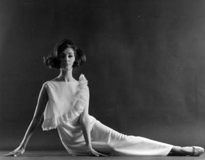 Mujer modela lenceria de Christina Dior