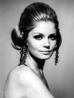 Mujer luce accesorios de vestir en su peinado, retrato