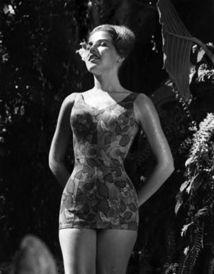 """Mujer viste traje """" de baño"""" con estampado floral, retrato"""