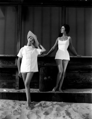 "Mujeres modelan "" trajes de baño"" claros"