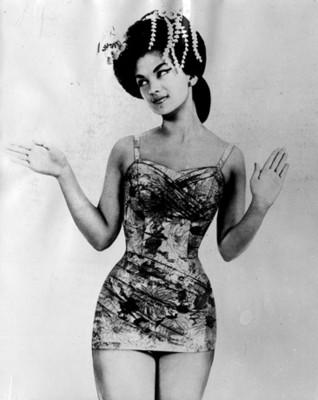 """Mujer porta traje """" de baño"""" con estampado floral, retrato"""