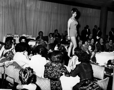 """""""Mujer modela traje"""" de baño """"en un desfile de moda"""""""