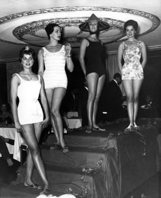 """""""Mujeres modelan"""" trajes de baño """"en un desfile de moda"""""""