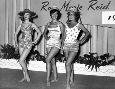 Mujeres en traje de baño, retrato de grupo