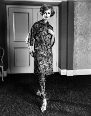 Modelo luce pijama en una habitación, retrato