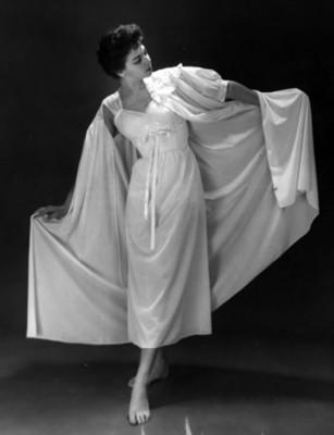 Modelo luce fondo con encaje y bata de dormir, retrato