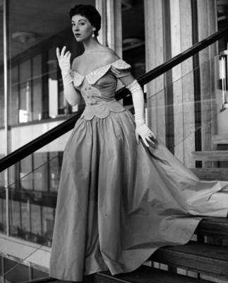 Modelo porta vestido de nocha, retrato