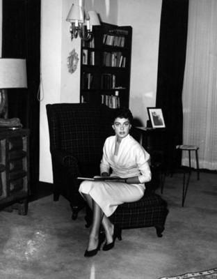 """Mujer porta """" traje de piqué blanco"""", retrato"""