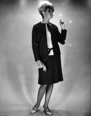 Mujer porta falda obscura, retrato