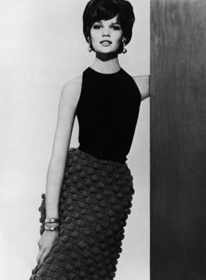 Mujer porta falda tejido, retrato