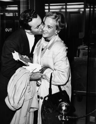 Hombre da beso en la mejilla a mujer