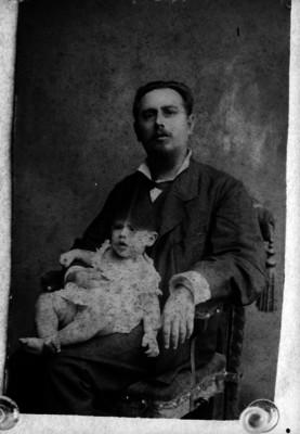José Manuel Puig Casauranc sentado en las piernas de su padre, retrato de familia