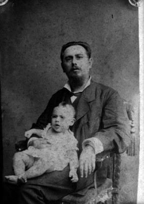 José Manuel Puig Casauranc sentado en la piernas de su padre, retrato de familia