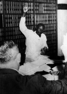 Hombre negro eleva su mano, retrato