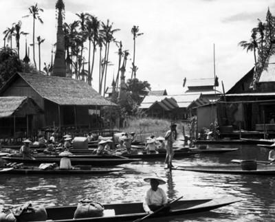 Gente comercio abordo de canoas en un tío