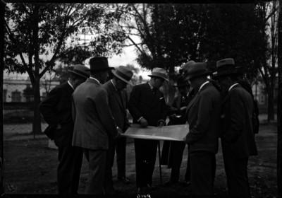 José Manuel Puig Casauranc con otras personalidades observando un plano de un jardín