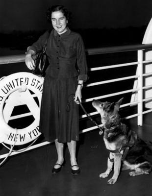 Mujer ciega con perro en un barco, retrato