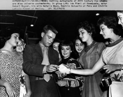 """""""Robert Wagner"""" da autografo a concursantes de belleza"""