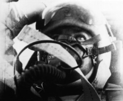 Piloto aviador con mascara abordo de una cabina