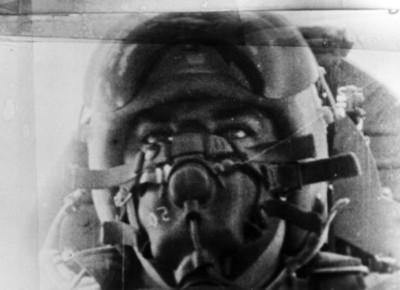 Piloto aviador en una cabina con máscara y equipo de seguridad