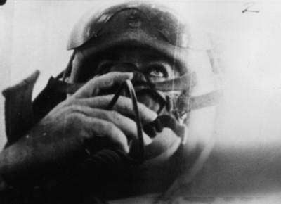 Piloto abordo de cabina de avión sujeta su máscara de oxigeno