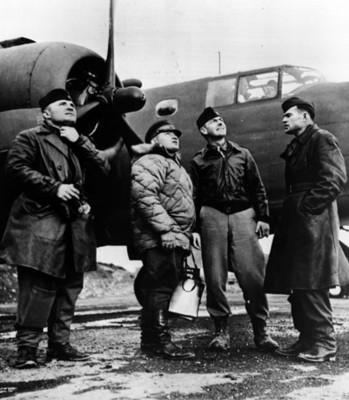 Pilotos aviadores junto a un avión