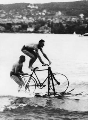 Hombres practicas esquí acuático con una bicileta