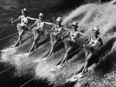 Esquiadoras acuáticas durante celebración adelantada en San Patricio