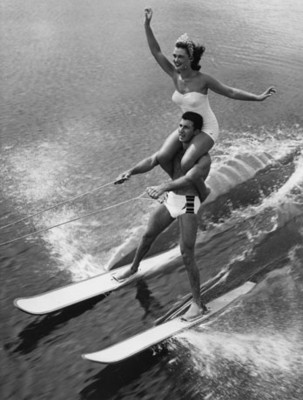 Esquiador acuático se desliza y carga en hombros a una mujer