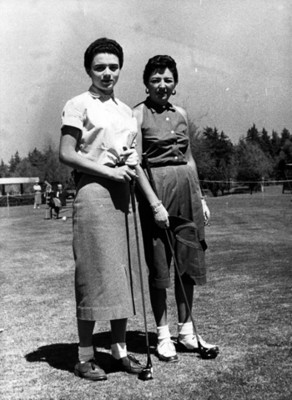 """""""Alicia Paez Aragón"""" y """"Enriqueta Martínez"""" en campo de golf, retrato"""