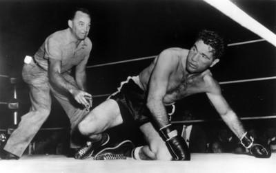 """Joey Maxim"" cae a la lona durante una pelea"