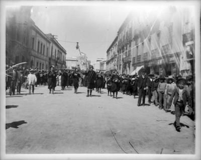 Gente desfila en una calle