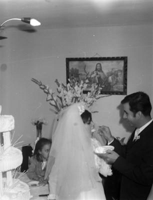 Novios comen pastel durante su boda