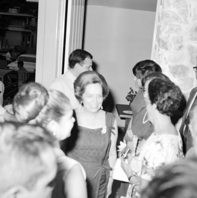 Guadalupe Borja y acompañantes en el interior de un edificio