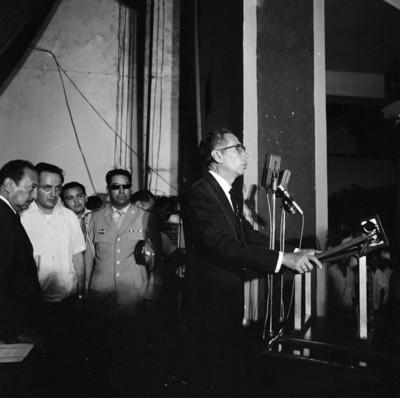 Gustavo Díaz Ordaz pronuncia discurso surante una ceremonia