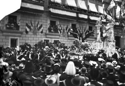 Multitud de personas presencian el paso de escultura de Miguel Hidalgo