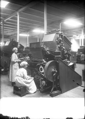 Trabajadoras de la fábrica de cigarros El Buen Tono manejan maquinaria